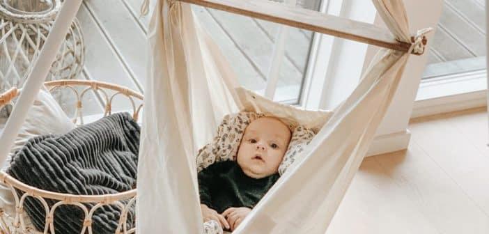 Un bébé dans un hamac