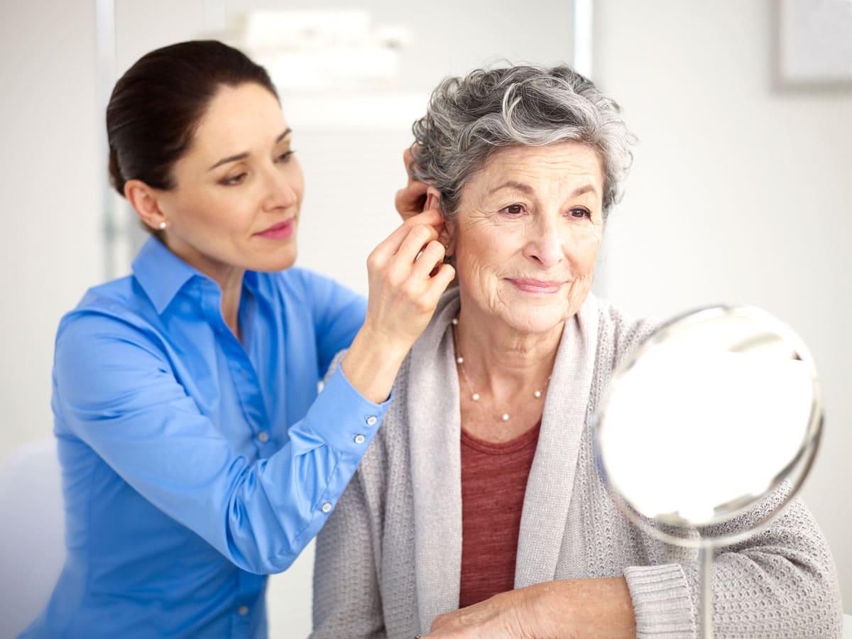 Une audioprothésiste avec sa patiente