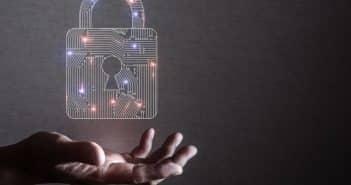 Un cadenas virtuel dans une main