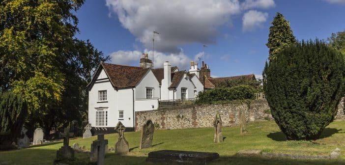 Une maison près d'un cimetière