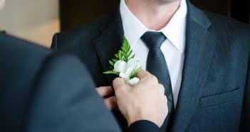 Qui accompagne le marié à la mairie ?